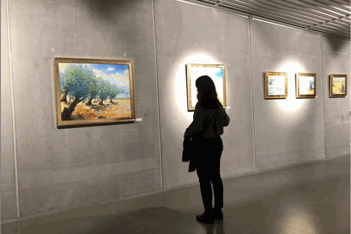 Frau vor Galerie ohne Steckdosen